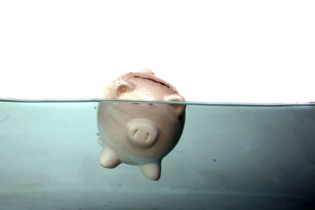 Supraîndatorarea consumatorilor la bănci este o consecinţă a ineficienţei instituţiilor statului!