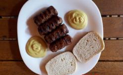 Vă rog, 4 mititei cu carmin, 2 linguriţe de muştar cu zaharină şi 2 felii de pâine cu conservanţi!